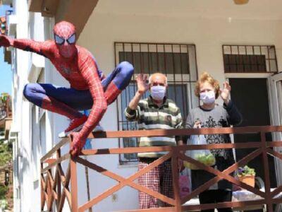 کمک مرد عنکبوتی به شهروندان در قرینطینه (عکس)