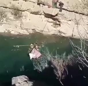 لحظات دلهره آور عبور زن جوان و فرزندش از رودخانه